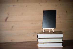 pequeno quadro-negro e uma pilha de livros