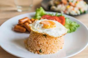 arroz frito com linguiça e ovo frito