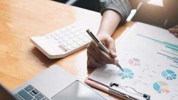 empresário trabalhando com gráficos de documentos na mesa do escritório