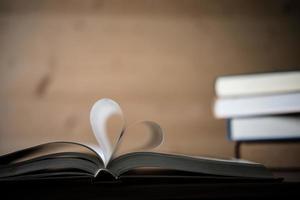páginas de um livro formando a forma do coração foto