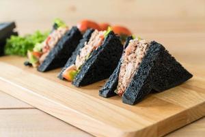 sanduíches de atum carvão