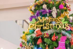 close-up de uma árvore de natal com enfeites