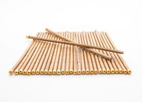 pauzinhos de bambu em fundo branco
