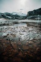 água congelada e pedaços de gelo em um lago congelado