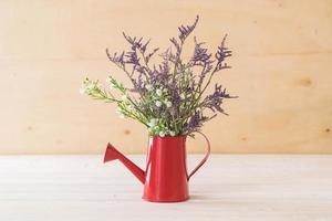 flores statice e caspia em fundo de madeira foto