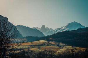vista panorâmica de longa distância de um enorme pico de montanha foto