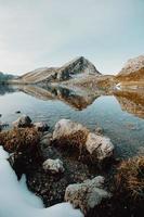 vista colorida de uma montanha refletindo sobre um lago cristalino foto