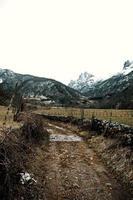 trilha de caminhada no meio das montanhas