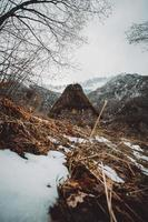 cabana no meio das montanhas nevadas