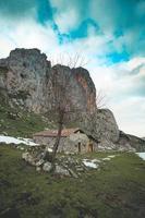 casa ou refúgio no meio das montanhas