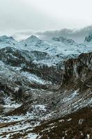 close-up de uma cadeia de montanhas durante o inverno