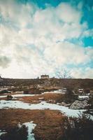 foto minimalista de uma casa no topo de uma montanha