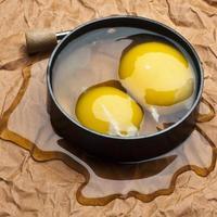 dois ovos derramando a vista superior.