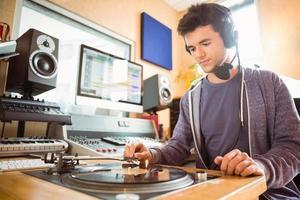 retrato de um estudante universitário com uma mesa giratória foto