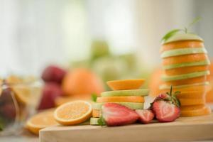 uma variedade de frutas frescas foto