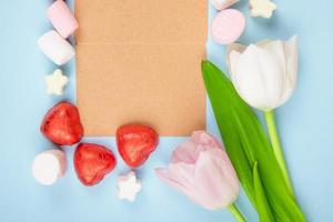 papel kraft cercado por decoração do dia dos namorados