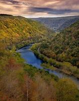 vale do rio nas montanhas foto