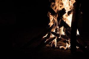 fogueira de acampamento na noite escura foto