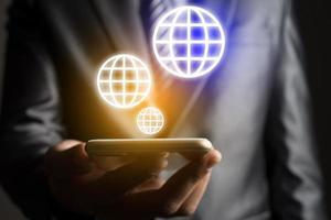empresário segurando um ícone de telefone e terra, conceito de tecnologia