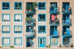 amsterdam, holanda, 2020 - prédio de apartamentos branco e azul