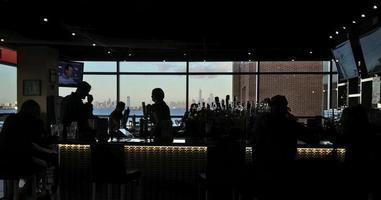 silhueta de pessoas dentro de um bar foto