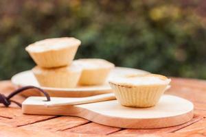 mini tortas em uma mesa do lado de fora