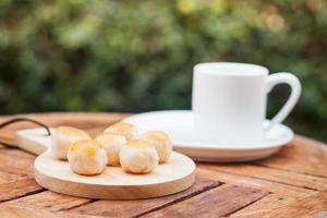 pastéis com xícara de café foto
