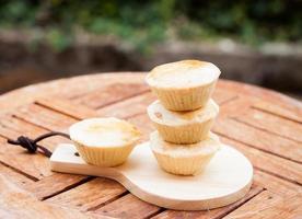 mini tortas em bandeja de madeira