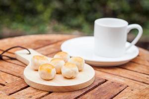 pastéis em prato de madeira foto