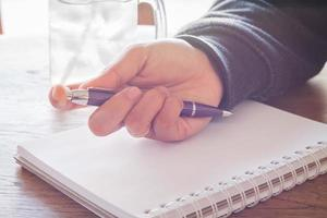 close-up de uma mão segurando uma caneta foto