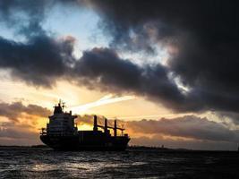 navio navegando durante o pôr do sol