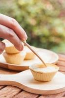 mini tortas em um prato de madeira