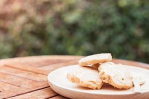 biscoitos em uma placa de madeira em uma mesa ao ar livre