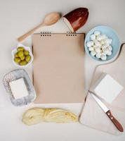 vista superior de um caderno com aperitivos