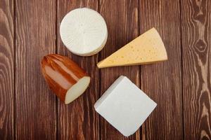 vista superior de queijo em uma mesa de madeira foto