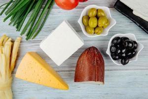 vista superior do queijo com azeitonas foto