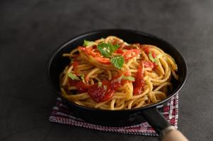 macarrão espaguete italiano com molho de tomate