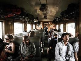 pessoas sentadas dentro do trem