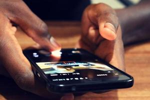 pessoa usando um telefone inteligente foto