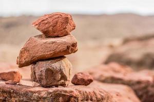 pedras marrons empilhadas foto