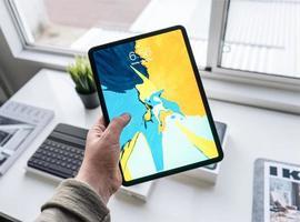 pessoa segurando um computador tablet