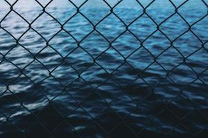 água atrás da cerca de arame
