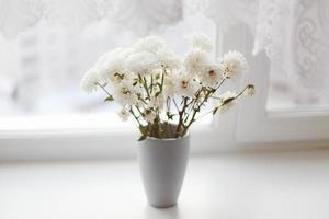 buquê de flores brancas em um vaso