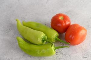 pimentão verde e tomate fresco foto