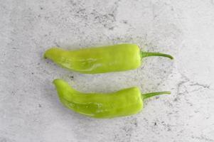 pimentas verdes na bancada da cozinha foto