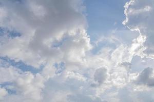 céu com nuvens brancas foto