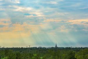 céu e nuvens ao pôr do sol