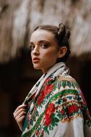 linda garota posando com um vestido bordado foto