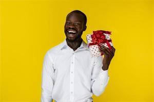 homem segurando um presente embrulhado foto