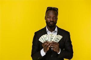 homem segurando muito dinheiro foto